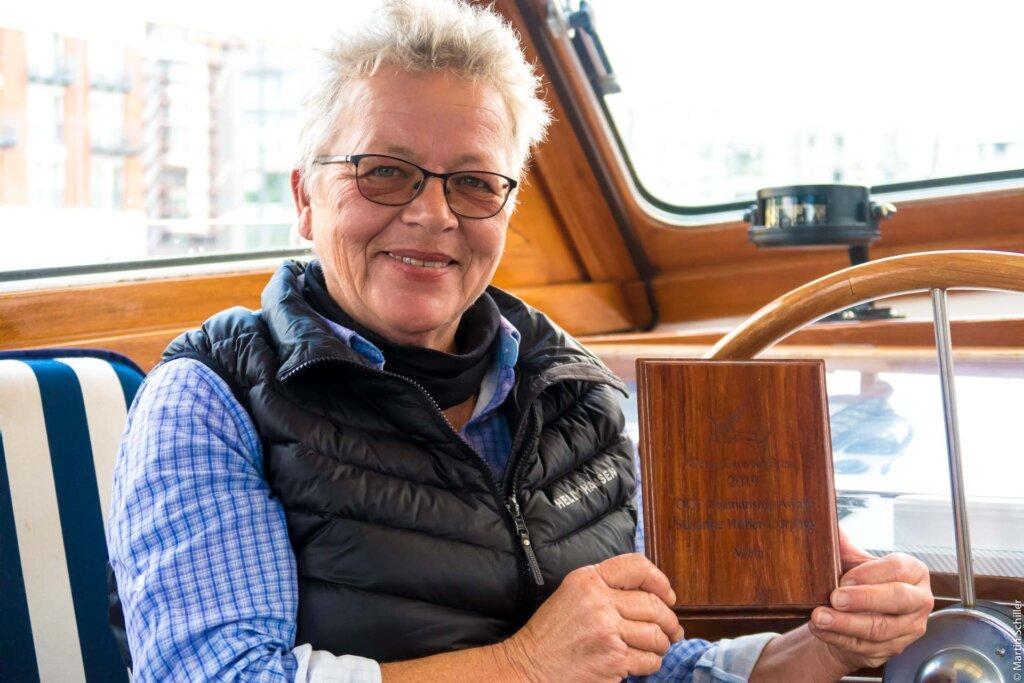 Susanne Huber-Curphey bekommt den OCC Seamanship Award überreicht